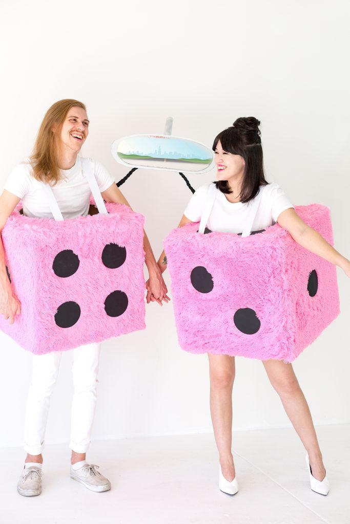 idée déco costume halloween fête costumée pompons dés fourrure rose