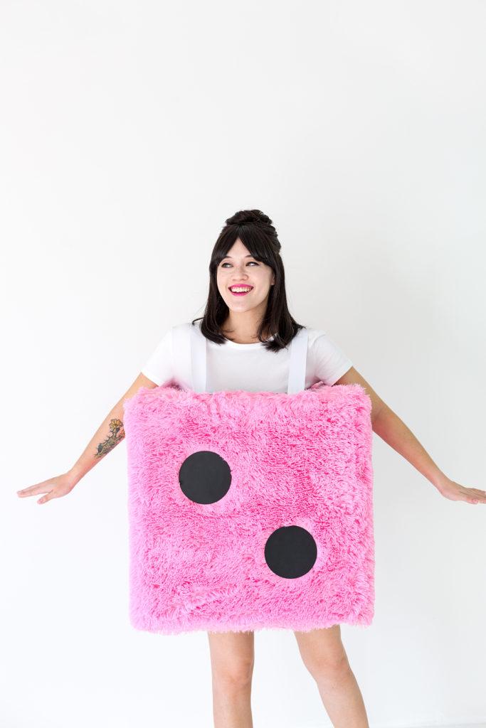 idée originale déguisement diy fourrure rose dé de jeu noir - blog déco - clem around the corner