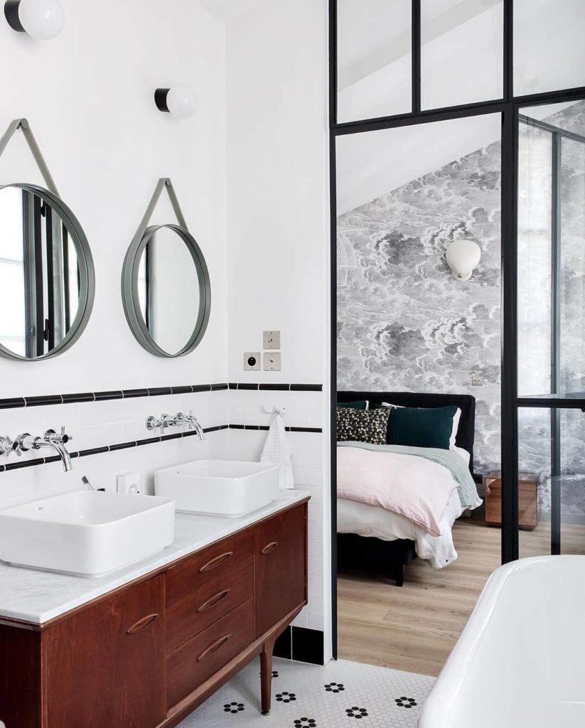 suite parentale salle de bain vintage rétro ouverte sur chambre verrière papier peint nuage noir blanc