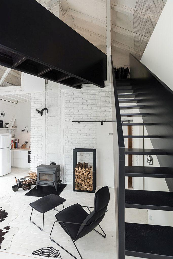 salon noir blanc poêle grange rénovée aménagement loft