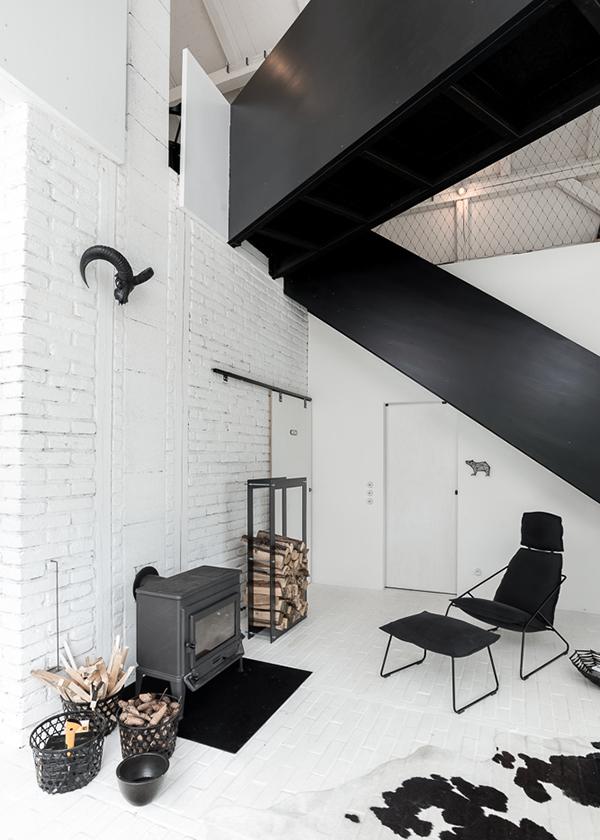 salon cosy chalet noir blanc grange rénovée aménagement loft