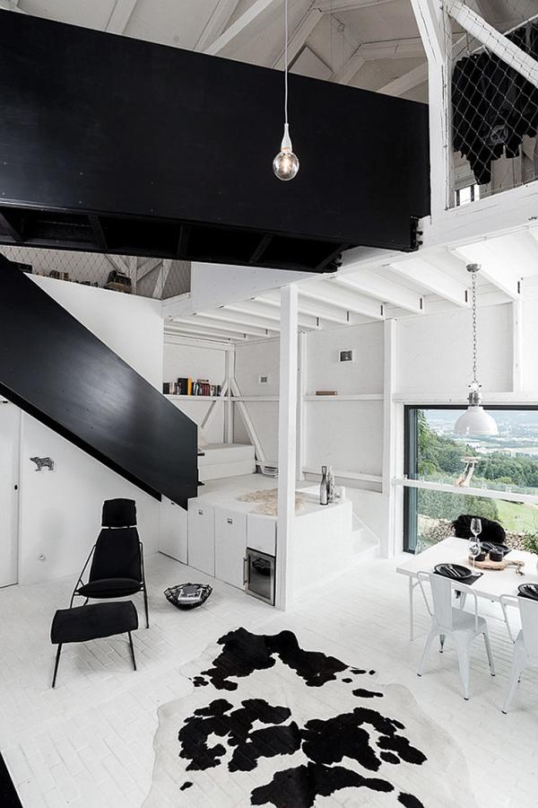 grange rénovée rénovation aménagement maison chalet salon peau tapis vache noir blanc