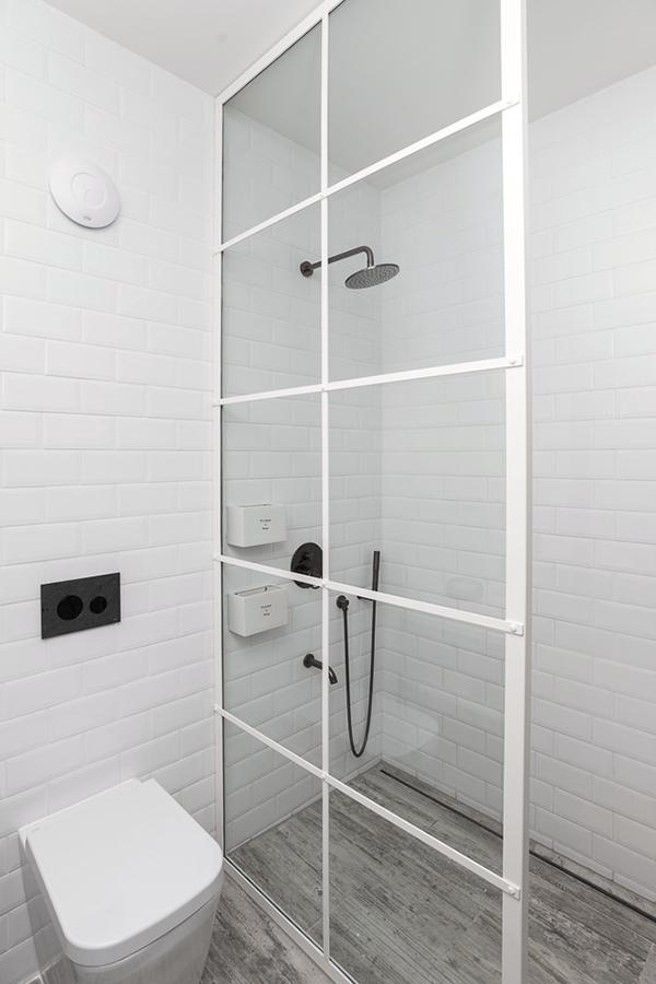 mini salle de bain blanche robinet noir mat douche sol imitation parquet carrelage design