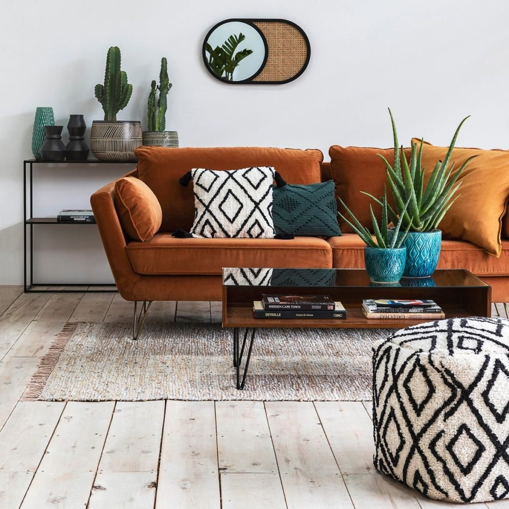 salon tendance bohème chic coussin brodé pompon ethnique canapé velours ocre jaune marron pied épingle design moderne