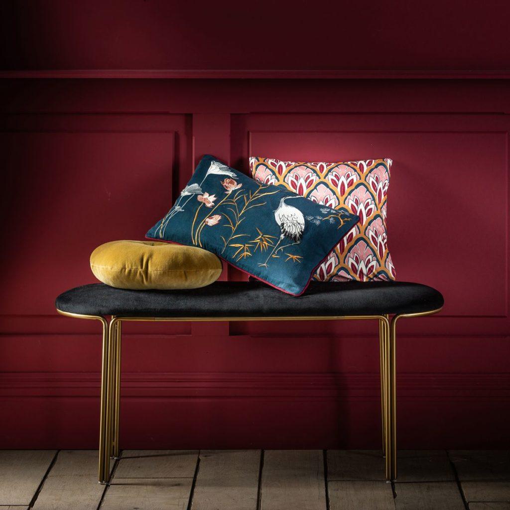 comment choisir ses coussins d intérieur mélange motif matière velours jaune moutarde héron art déco