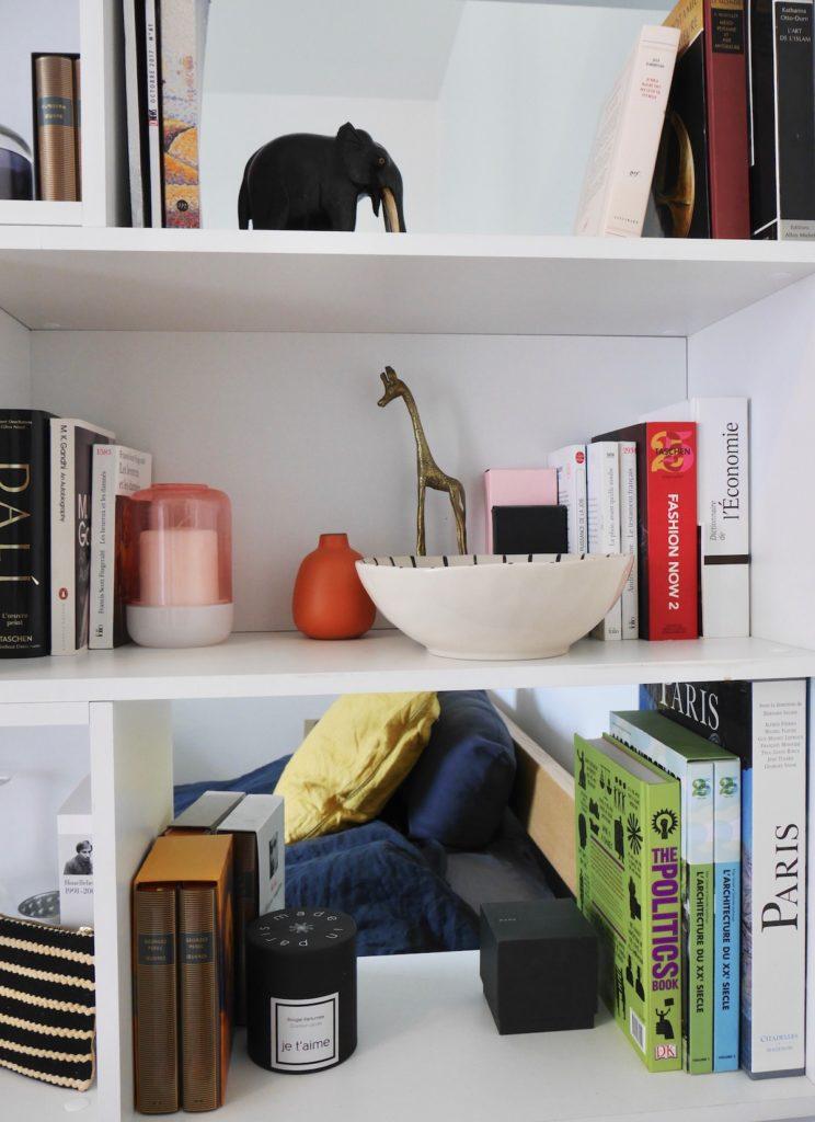 bibliothèque artiste statuette girafe bronze laiton livre - blog déco design - clematc
