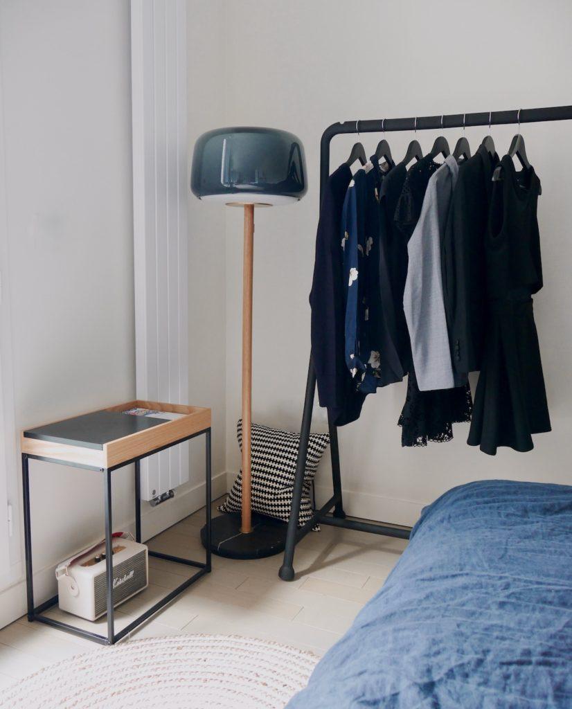penderie ouverte robe meuble détail entrée design vide poche kave home tapis rond lampadaire design laiton chene marbre ikea design everal