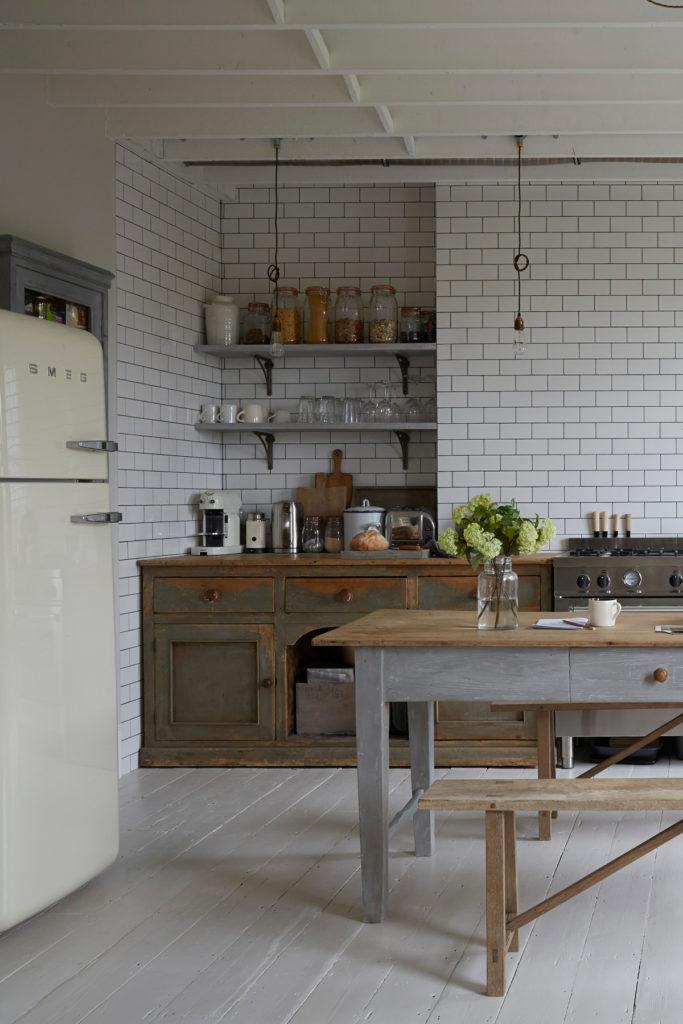 cusine carrelage blanc joint noir déco mélange moderne rustique vintage design
