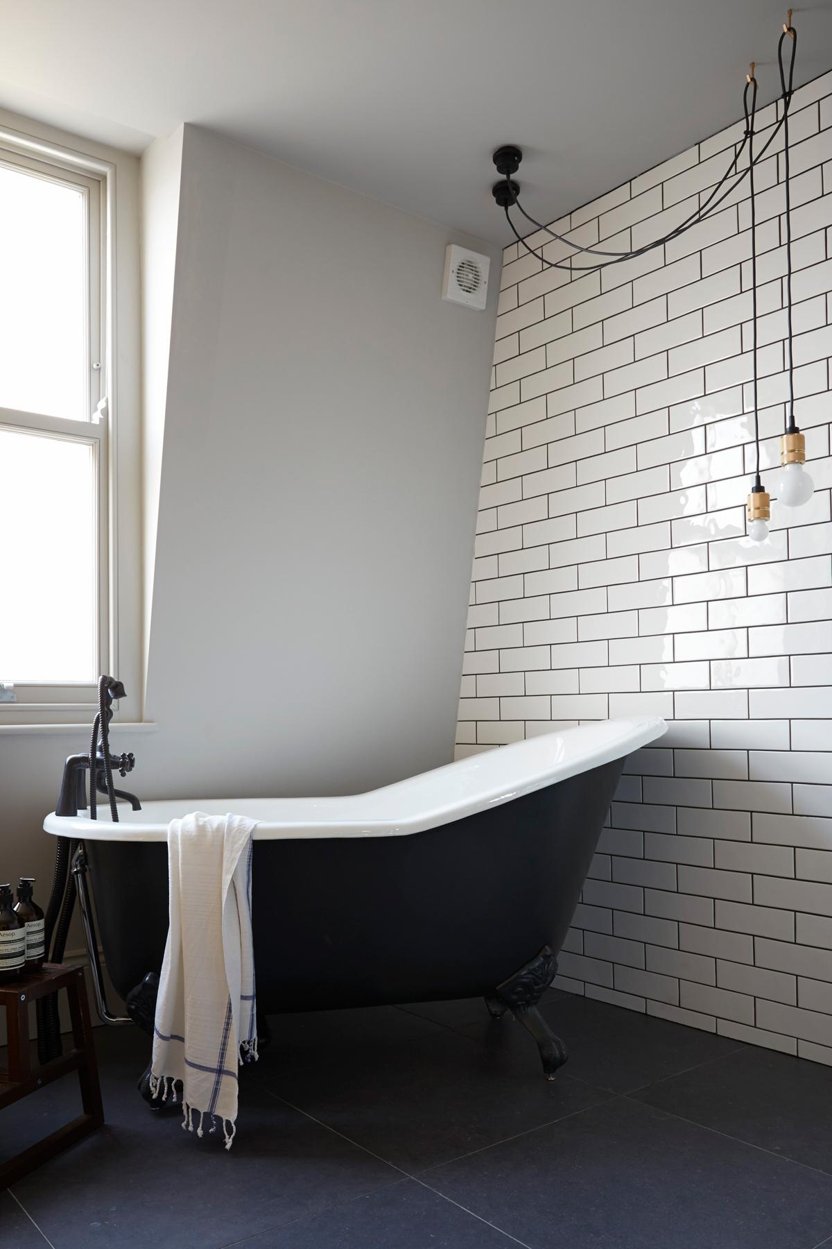 maison de ville à londres salle de bain baignoire noire faïence carreaux de ciment blanc robinet noir - blog déco - clemaroundthecorner