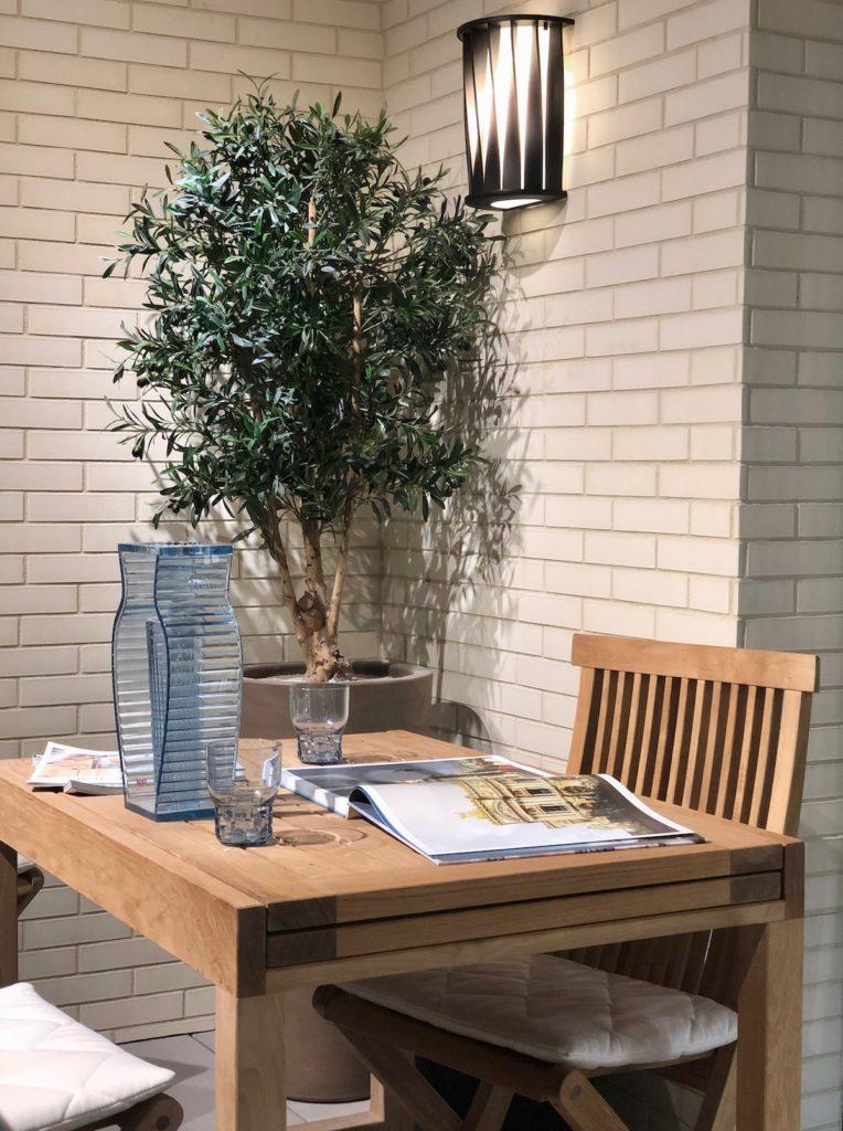 idée conseil aménagement petite terrasse carré olivier table teck