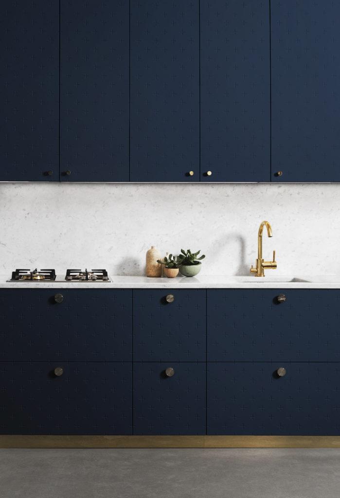 cuisine bleu intense plan de travail marbre pierre robinet or dore clem around the corner