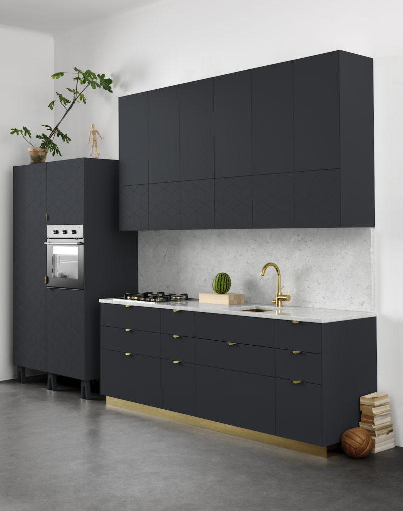 cuisine noire mat design ikea sol béton ciré poignée anse pied or doré laiton architecture clemaroundthecorner