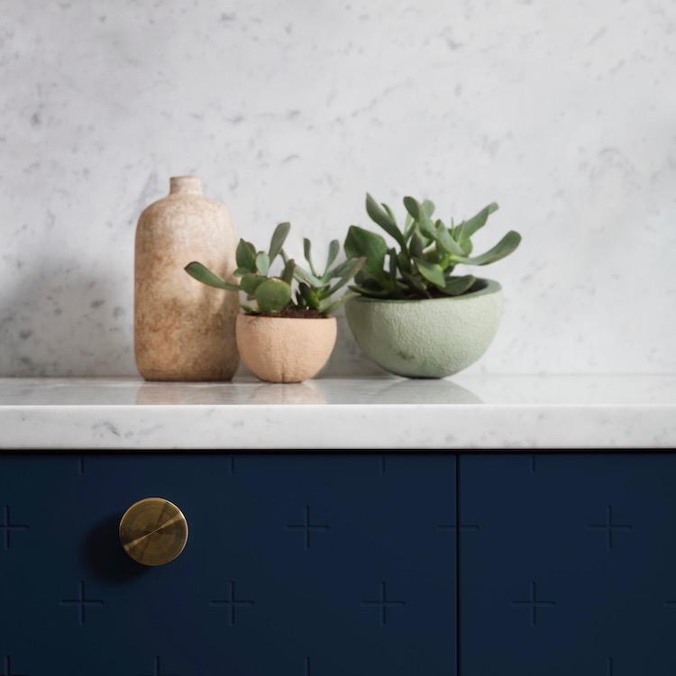 plan de travail marbre gris blanc meuble bleu nuit foncé