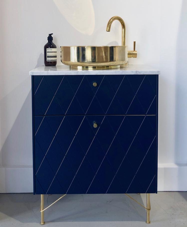 superfront pop up ikea hack salle de bain bleu doré laiton clemaroundthecorner