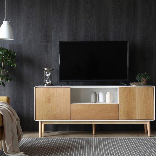 bien aménager son coin tv meuble buffet scandinave mur noir salon fauteuil jaune moutarde