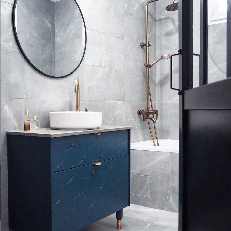 salle de bain gris grès cérame marbre meuble bleu nuit douche noir mat verrière italienne