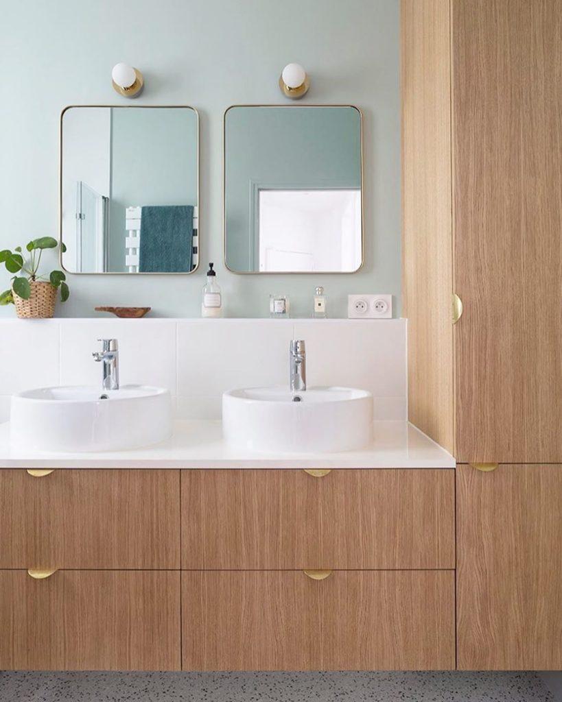 salle de bain rétro vintage miroir carré bord arrondi doré meuble bois