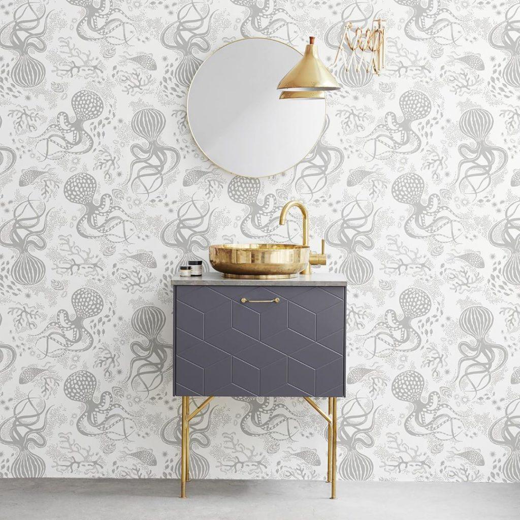 salle de bain grise doré or papier peint pieuvre monde marin blanc