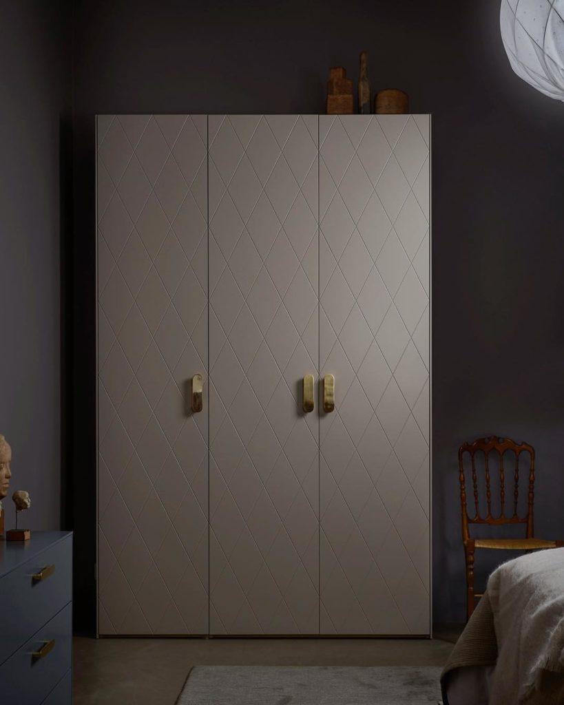 chambre grise foncée peinture mur dressing losange beige poignée laiton design