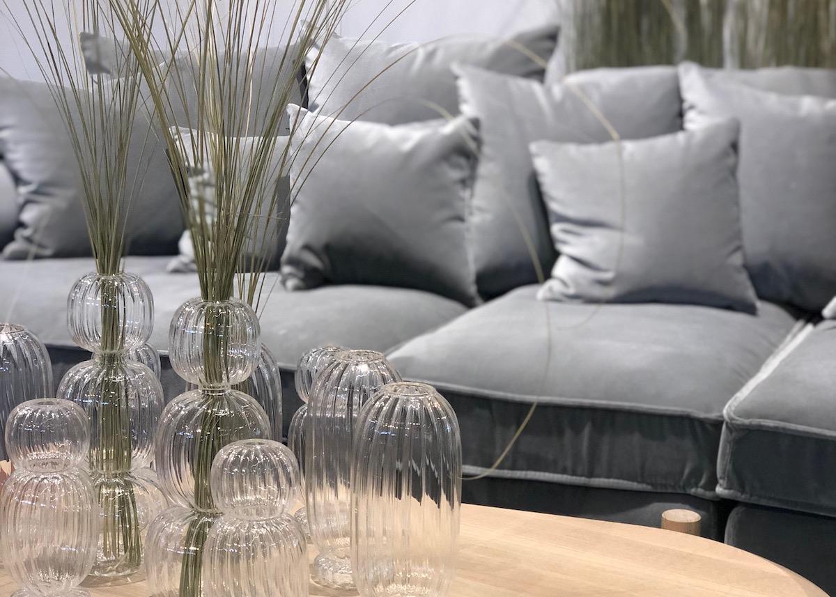 soliflore sculpture herbe tendance fleur séchée canapé gris clair velours salon maison et objet septembre 2019 clem around the corner