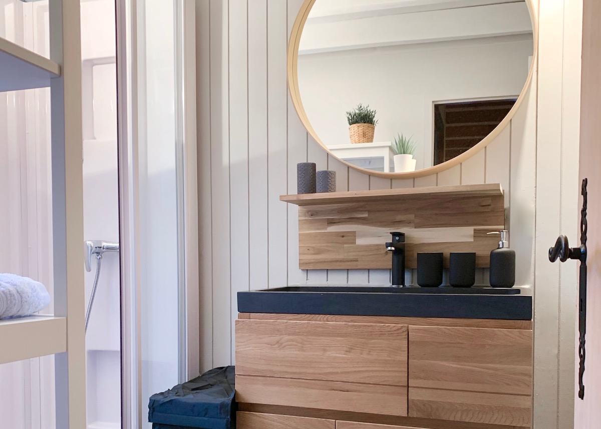 rénovation salle de bain du chalet meuble chêne vasque pierre design moderne cosy - blog déco - clem around the corner