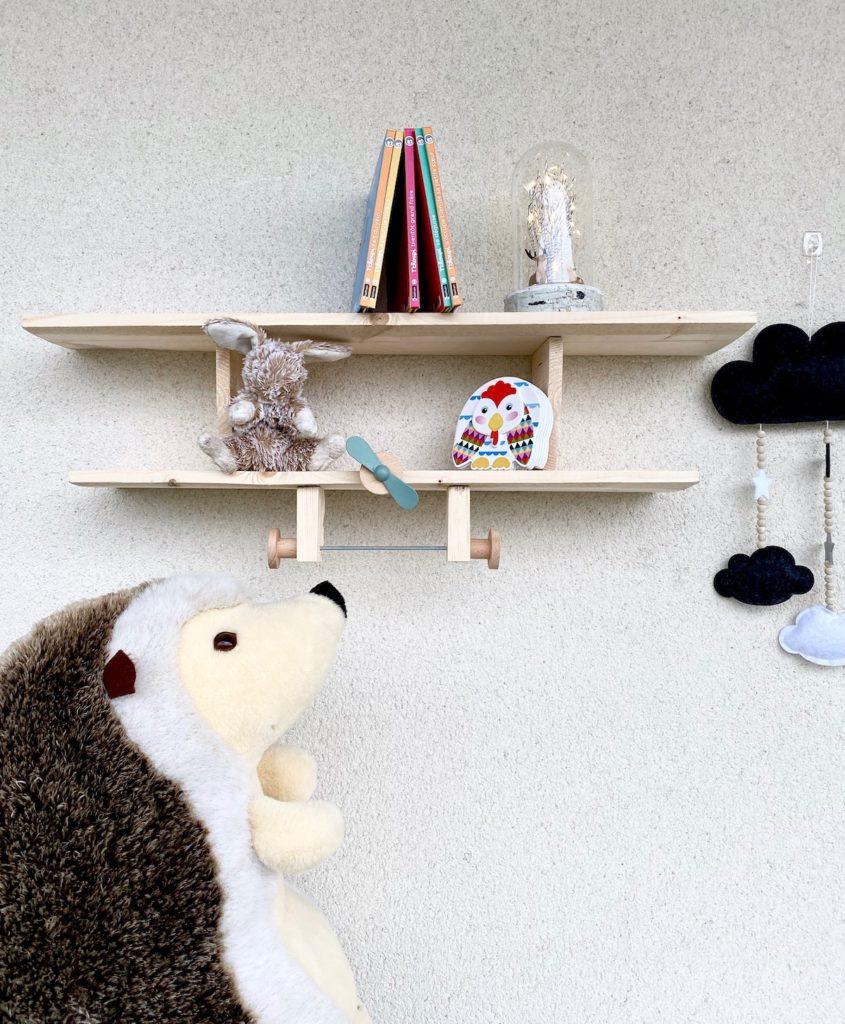 comment fabriquer une étagère en forme avion bois enfant design