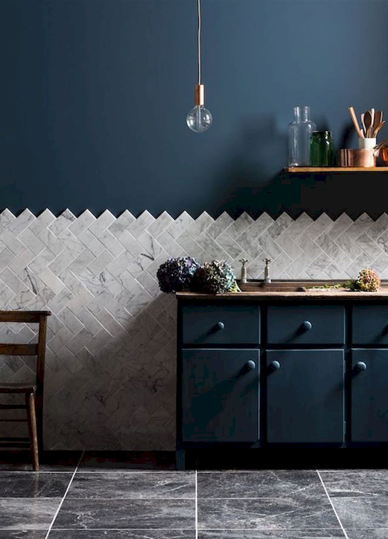 cuisine style nordique bleu pétrole carrelage marbre suspension laiton