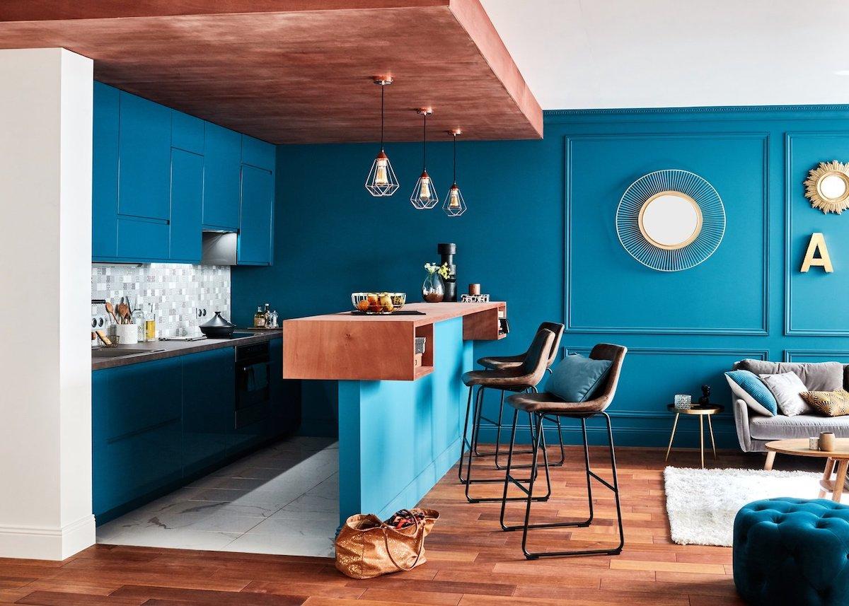 cuisine ouverte bleu pétrole bois laiton clemaroundthecorner