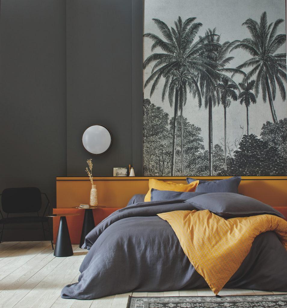 chambre grise jaune moutarde papier peint noir blanc palmier soubassement bicolore appartement paris