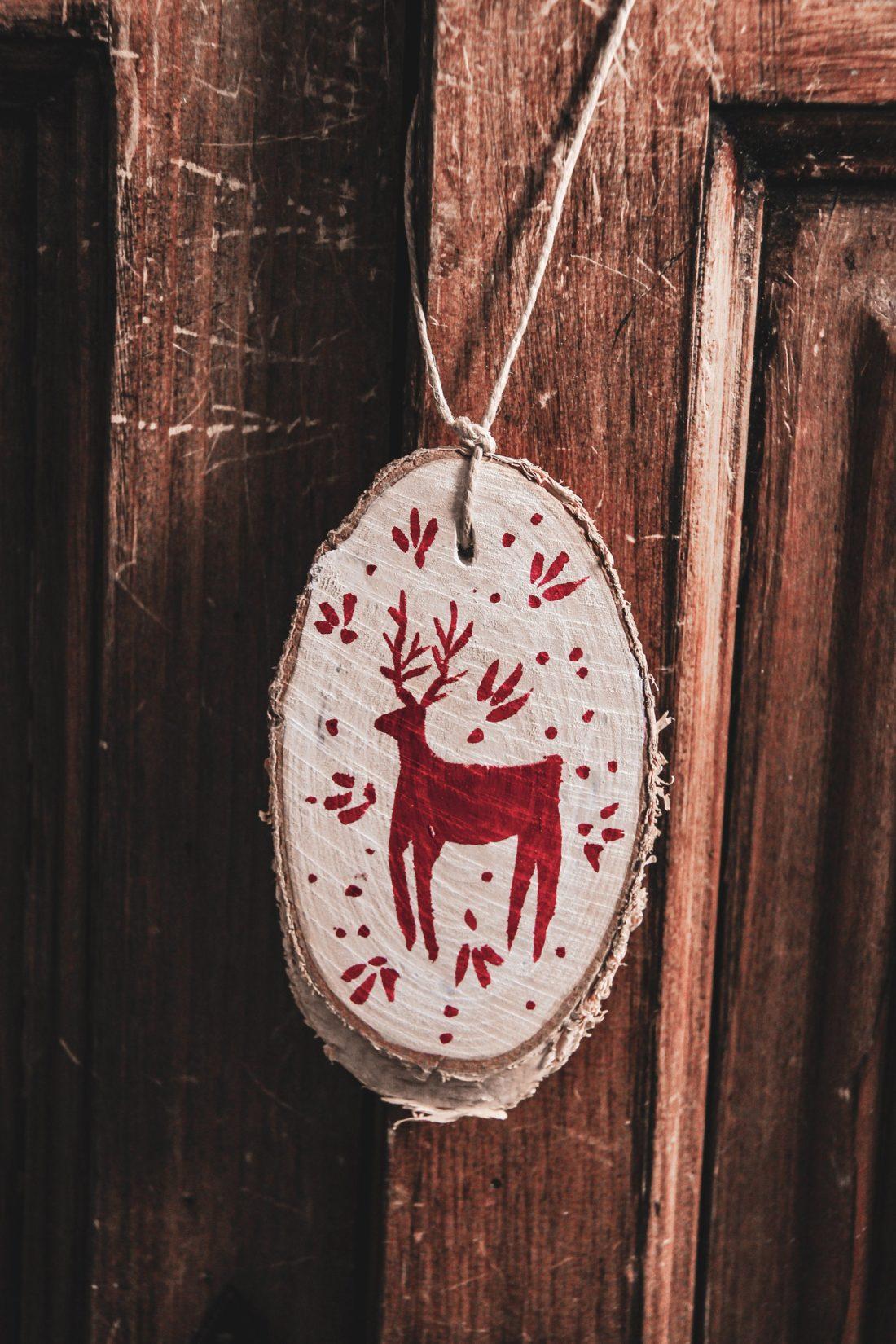 déco savoyarde chalet porte bois cerf rouge