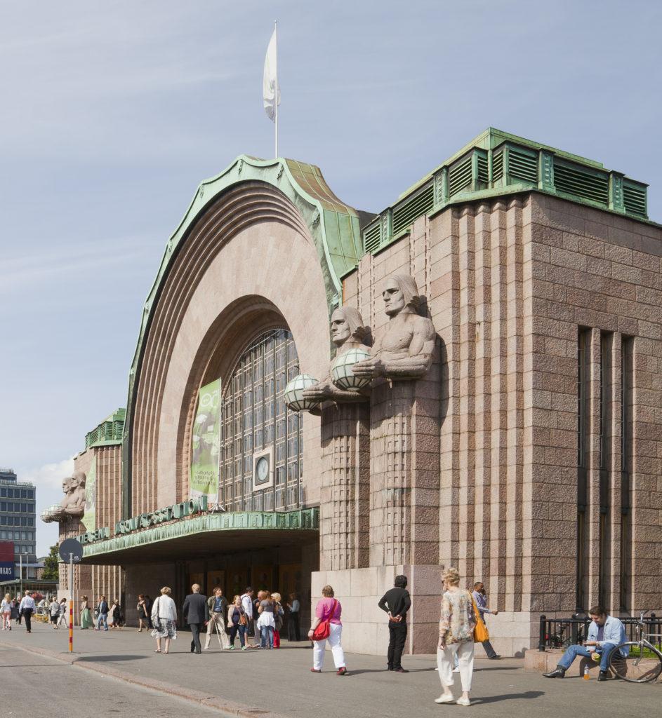 art nouveau architecture à Helsinki gare centrale Eliel Saarinentrain statue homme porteur lanterne globe Emil Wikstrom
