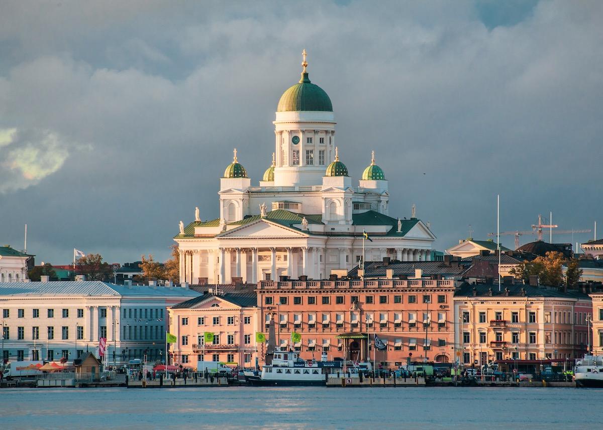 architecture à Helsinki cathédrale lutherienne blanche église toit bronze vert bleu visite adresse design