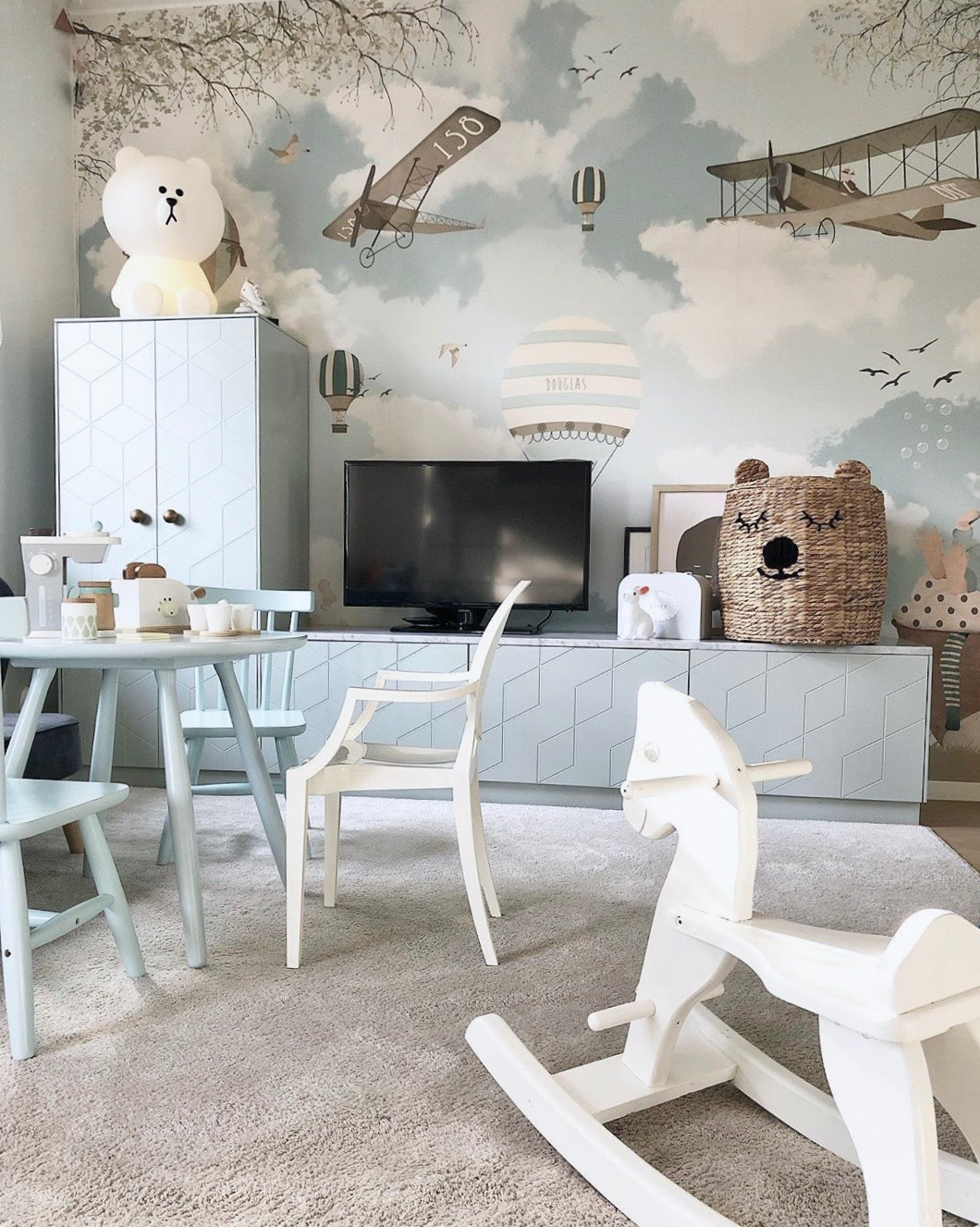 chambre enfant blanche bleu clair thème avion montgolfière scandinave vintage