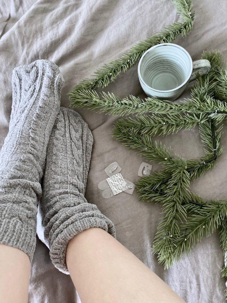 chambre cosy hiver chaussette grise laine montante thé sapin drap en lin gris
