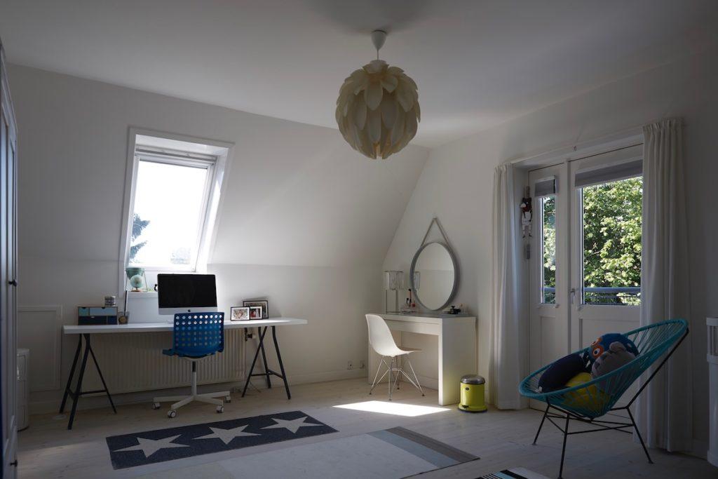 chambre enfant spacieuse fenêtre de toit bureau avant après - blog décoration - clemaroundthecorner
