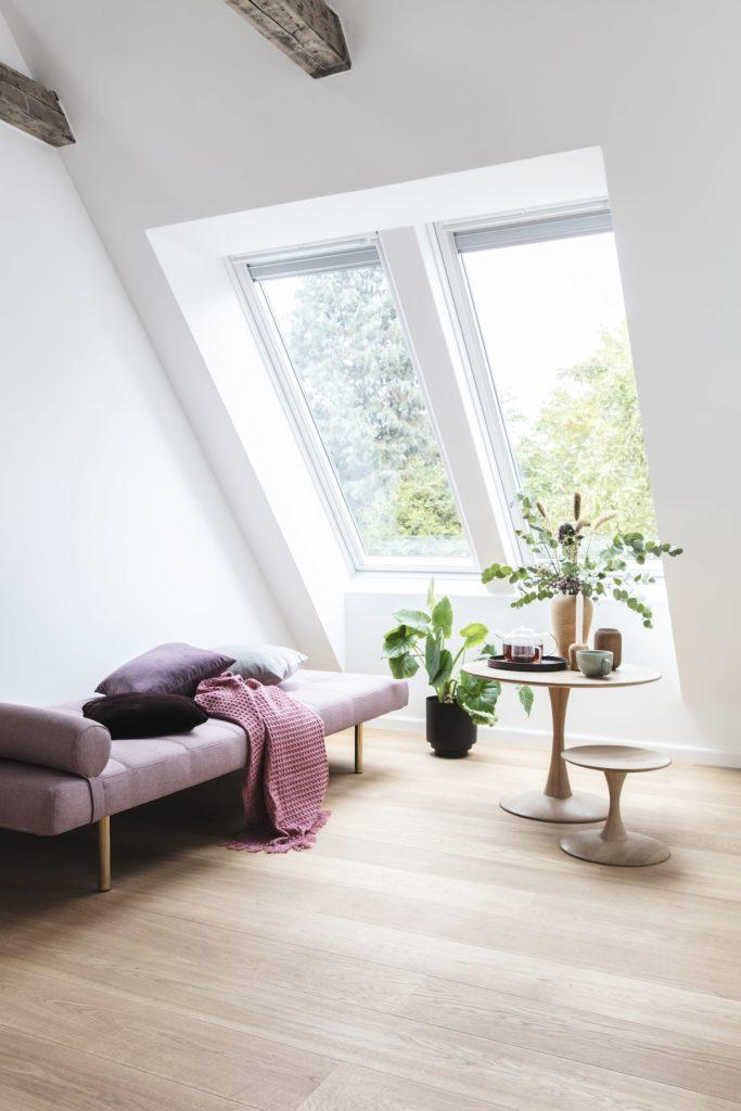 coin lecture sous combles velux pièce lumineuse divan déco intérieure design tendance - clemaroundthecorner