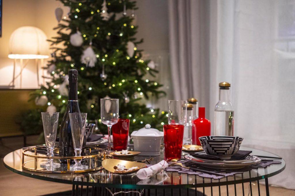 décoration table basse noel buffet apéritif rouge or doré champagne