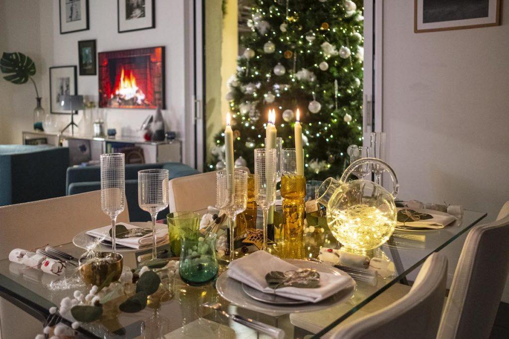 appartement cuisine ouverte diner Noël sapin design tendance décoration hiver 2020