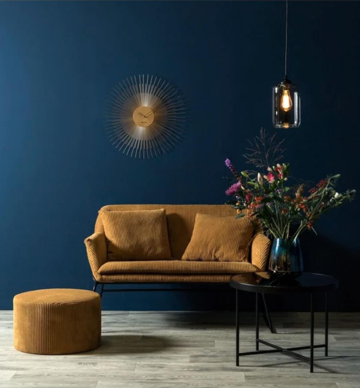 canapé vintage en velours côtelé glam deux places marron pouf - blog déco - clematc
