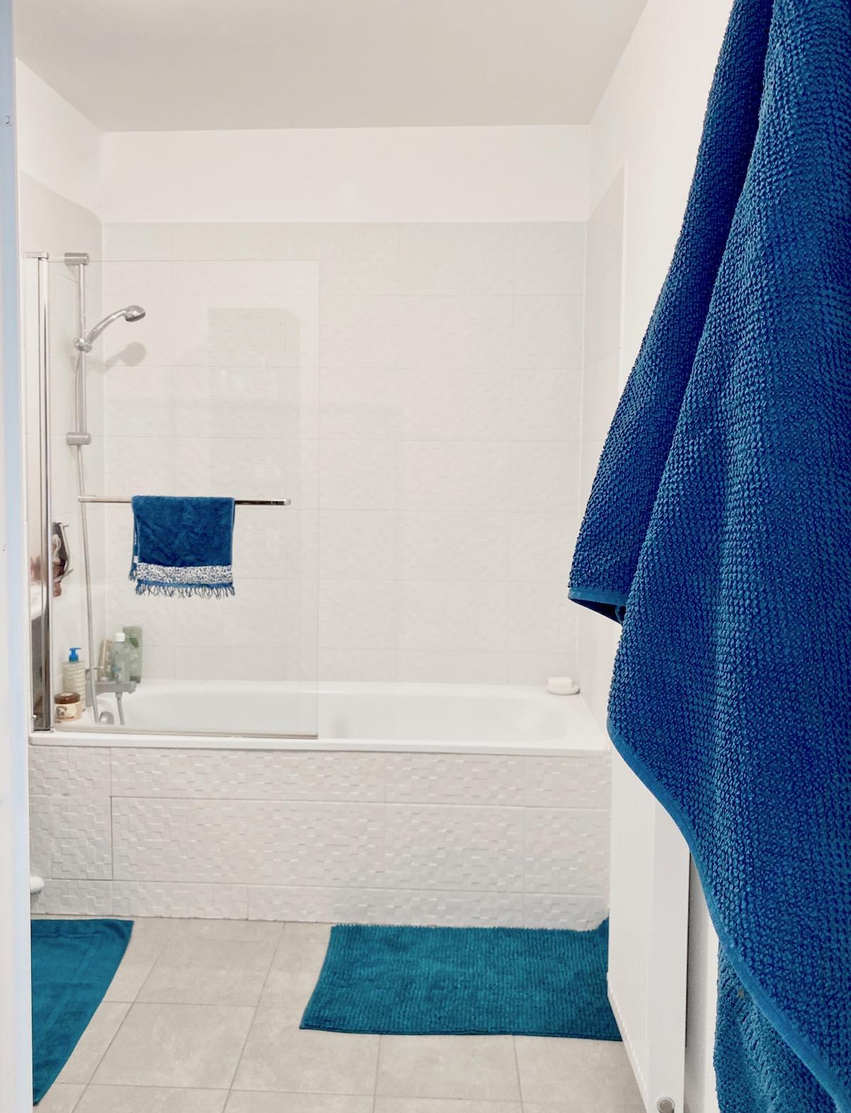 salle de bain réalisation cogedim blanche crédence carrelage relief mosaïque villa condroyer