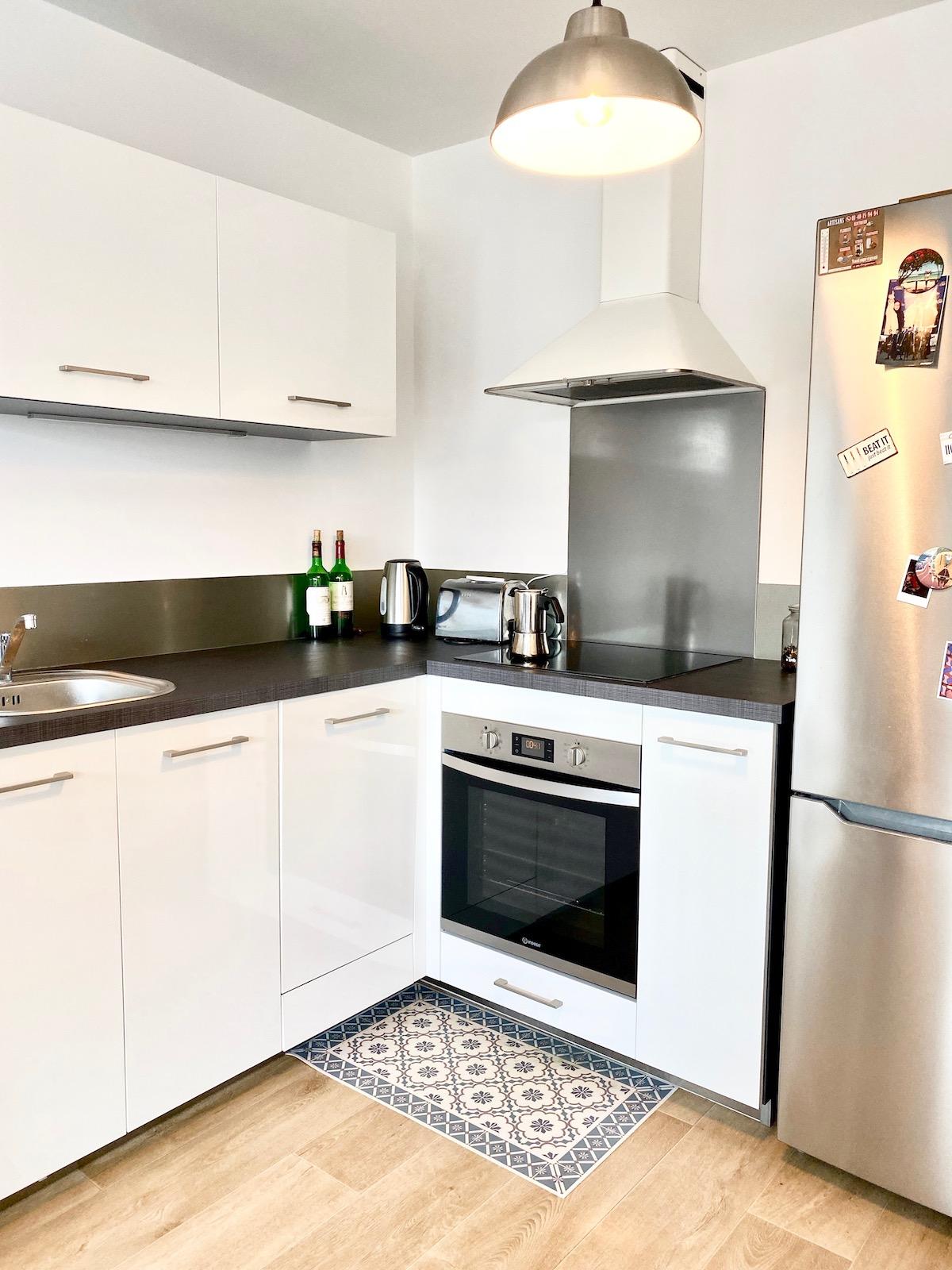 aménagement petit espace cuisine noire blanche en l