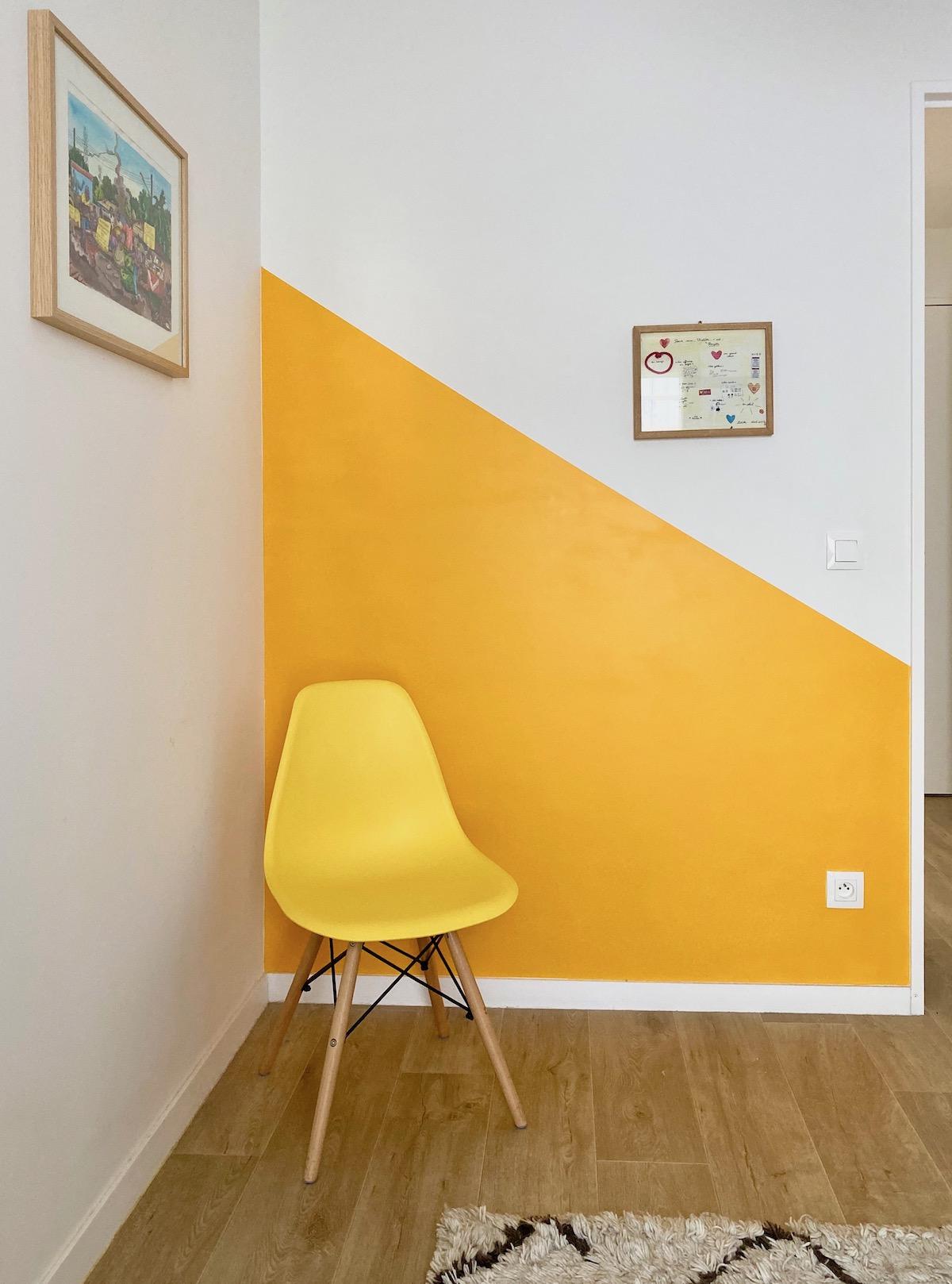 chambre décoration ton sur ton peinture jaune moutarde chaise scandinave