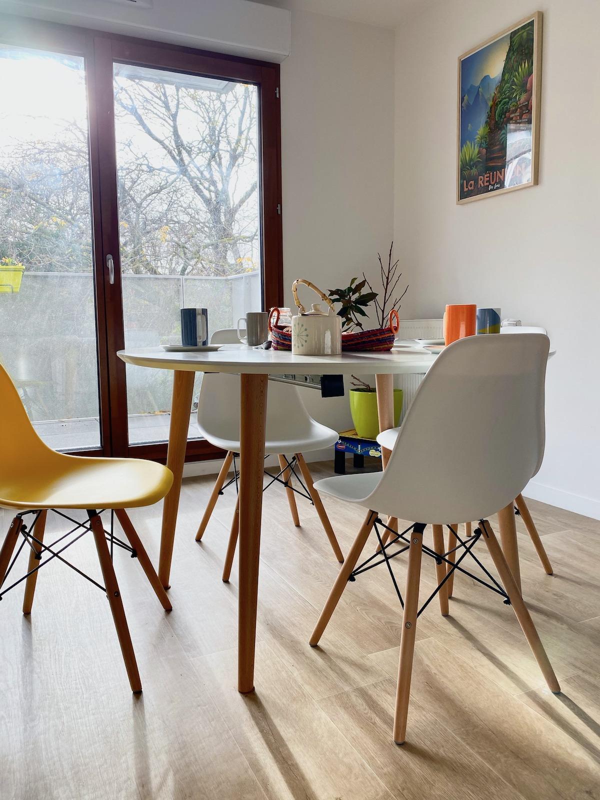 salle à manger chaise blanche jaune scandinave villa condroyer