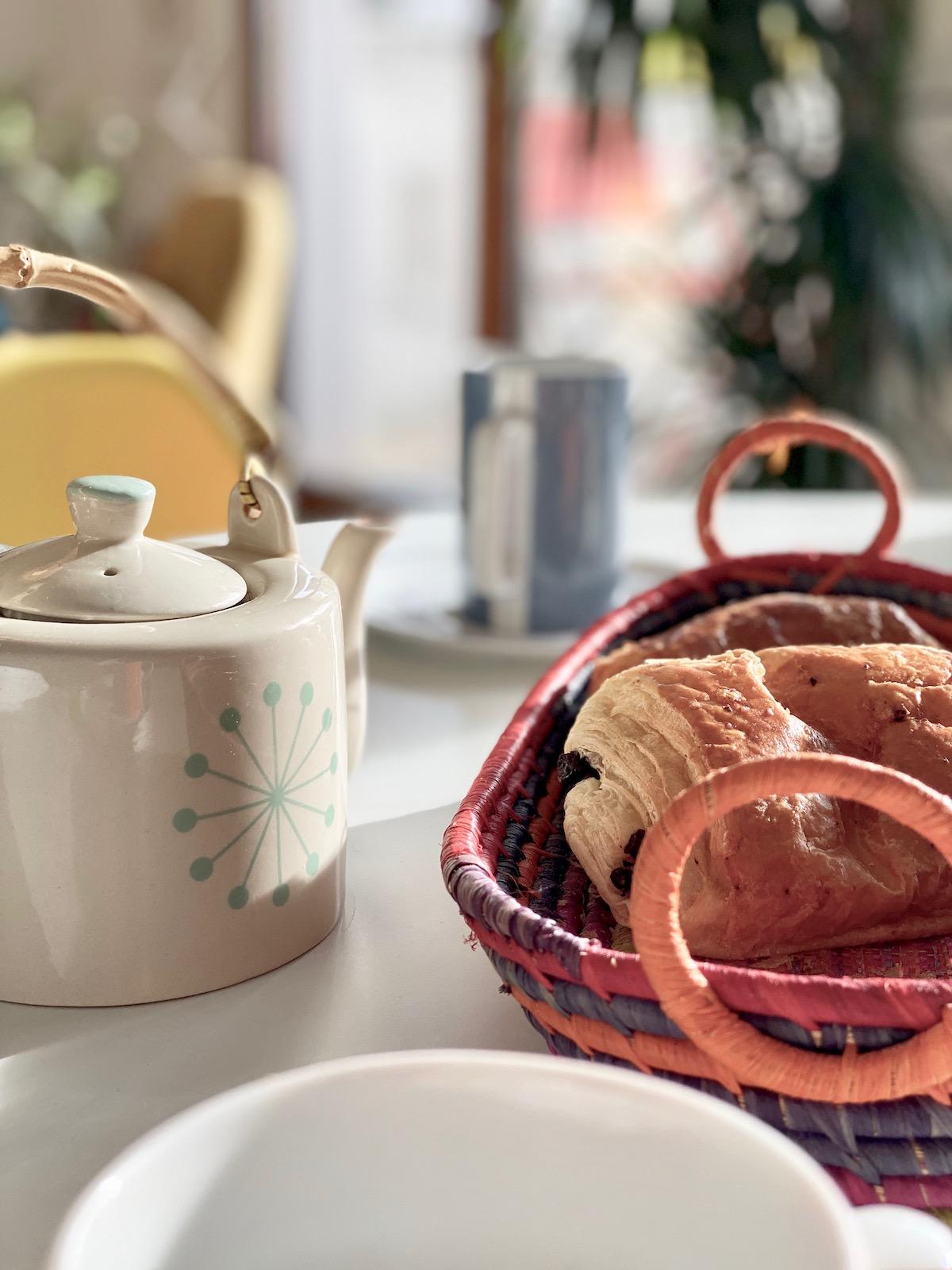 petit-déjeuner théière scandinave anse bambou panière pain tressé Sénégal