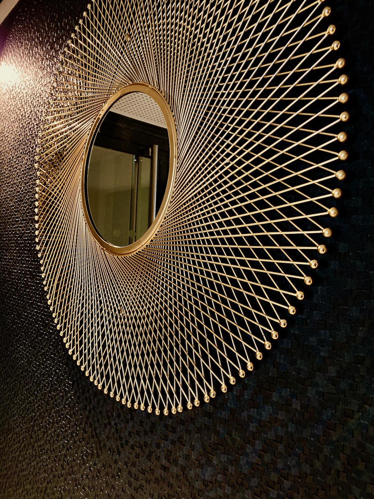 villa Condroyer miroir soleil géant doré entrée - blog déco - clem around the corner