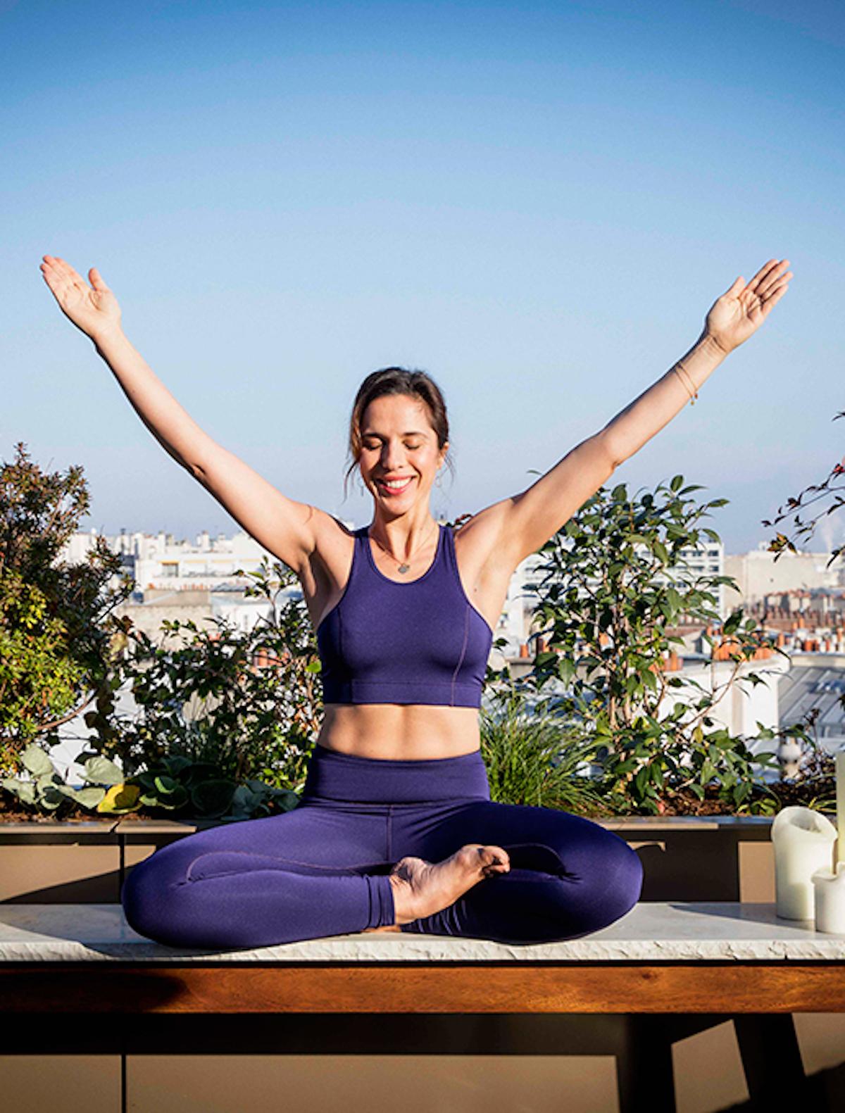 Lily Barbery en pleine pratique de Kundalini yoga sur un toit de Paris