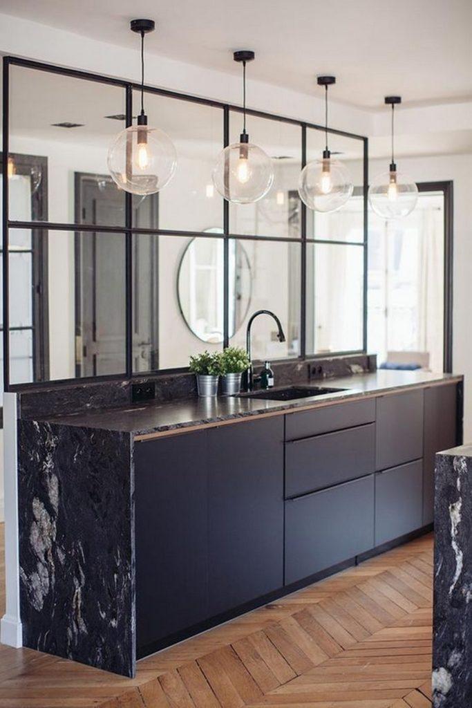 cuisine marbre noir parquet suspension boule verre laiton verrière métallique