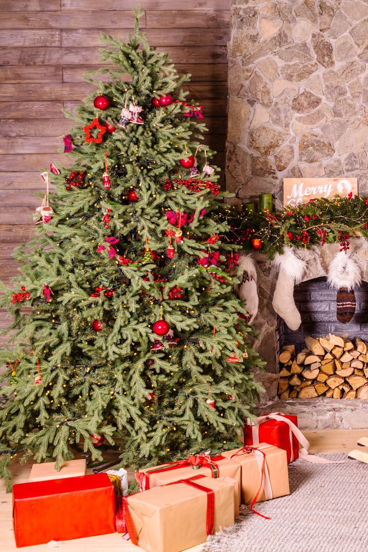 salon de noël sapin naturel ouartificiel paquet cadeau guirlande boule de noël cheminée - blog - clematc