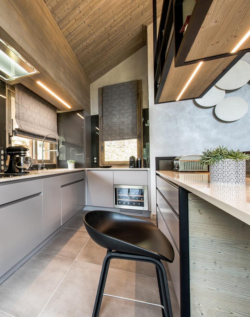 cuisine ouverte gris béton chalet familial