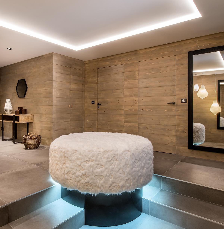 salle d'entrée carrelage béton luminaire néon bleu blanc mur bois lamé